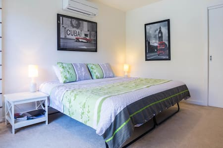 At Brighton Beach & close to City! - Bed & Breakfast