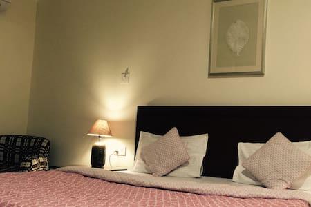 Plush Villa with sunny lawns,  WIFI - Bed & Breakfast