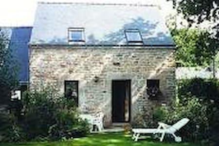 Petite maison en pierres - La Vraie-Croix