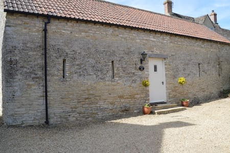 A beautiful cotswold barn cottage. - Leighterton - Hus