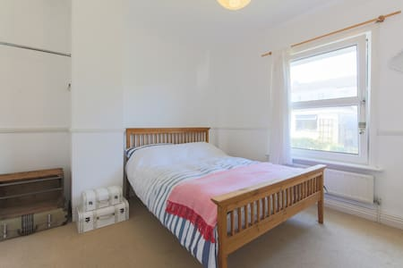 Lovely double room in fantastic location - Falmouth - Casa