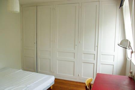 Grande chambre calme et lumineuse. - Guesthouse