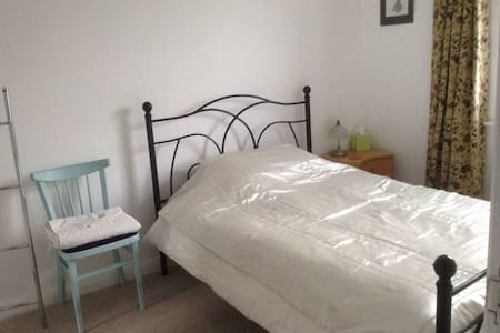 Quiet double room in town centre. - Chepstow - House