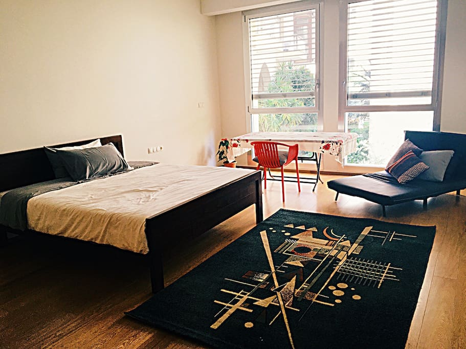 Double bed with a desk with window view into the garden. Spacious large room for your bags with a large closet