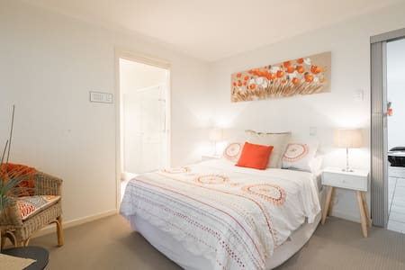 Self Contained  Flat with Wifi - Wooloowin