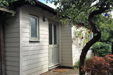 Bright private annexe with double bedroom & shower - Other