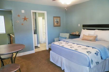 Just Beachy ~ Across from beach! - Apartamento