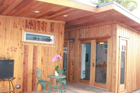 Charming private cedar beach cabin - Ventura
