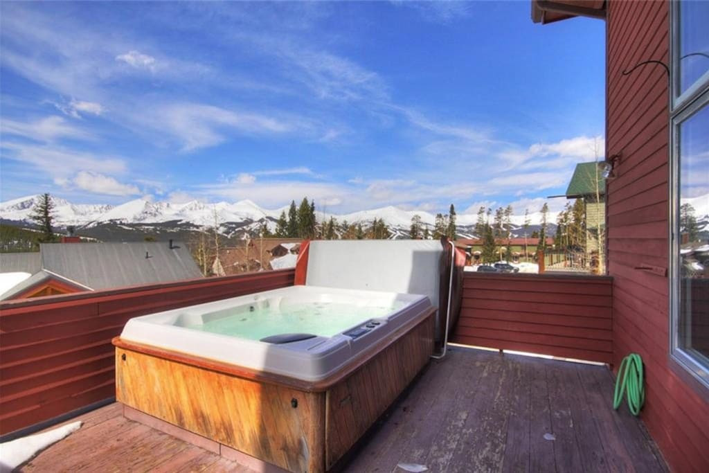 Quiet 4 bedroom house with deck, hot tub and views