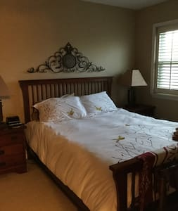 Lovely Quiet Room,35 minute train away from Philly - Townhouse