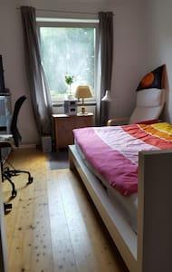 Ruhiges schönes Zimmer mit Blick auf grüne Bäume - Wohnung