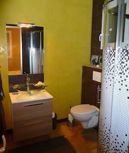 Petite chambre dans pool house - Valeille