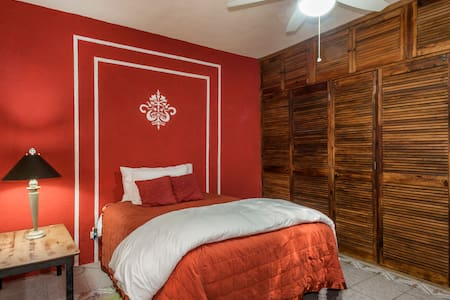 Red Bedroom 5 minutes to Centro - San Miguel de Allende - House