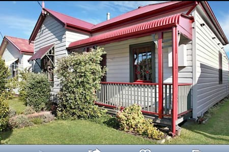 A charming miners cottage near the beach & the CBD - Mayfield East - Haus