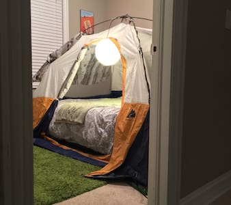 Indoor Camping + Dog Friends + Walk to CTA Train - Chicago - Apartment