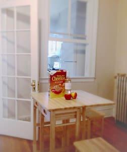 Quiet room spacious apt, 15m to NYC +warm hosts☺ - Jersey City - Apartment