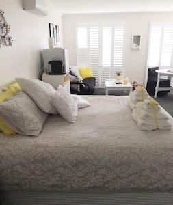 2 Light filled rooms - Bowral - Bed & Breakfast