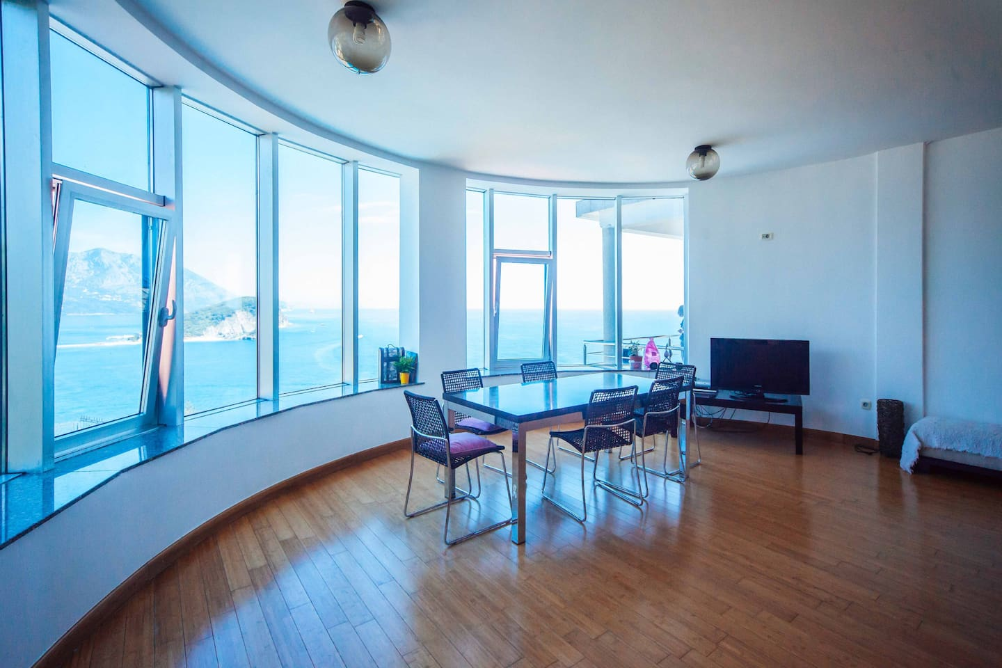 Living room dining table can host large companies