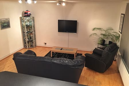 A clean and modern apartment in beautiful Surrey! - Appartement