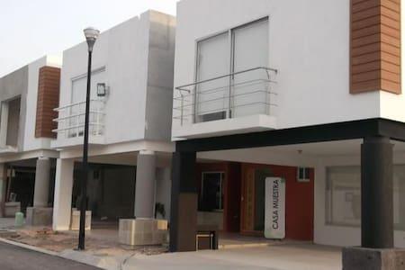Juriquilla, Hermosa Casa - House