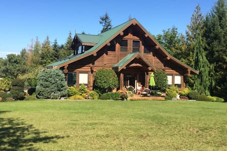Munro's Cozy Log Suite - Qualicum Beach