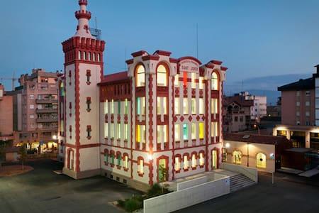 DÉJATE CAUTIVAR POR EL ENCANTO DE VIC, SUS FIESTAS - Lägenhet
