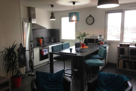 2 bedroom flat parking Reims center 6 people - Reims - Huoneisto