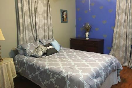 Artsy Spacious Room Great Location! - Ház