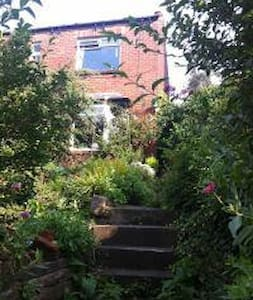 Orchard farm-garden home near station/motorway - Bed & Breakfast