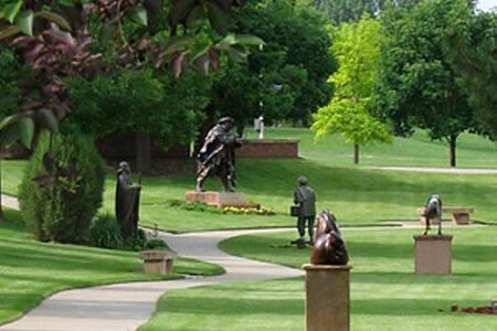 Peaceful Sculpture Garden Getaway! - 一軒家