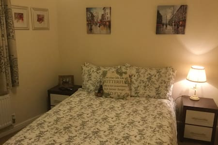 Comfortable room with own bathroom. - Little Dunmow - Huis