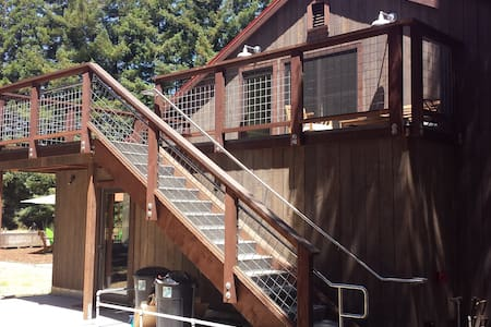 Barn studio above tasting room on two acres. - Autre