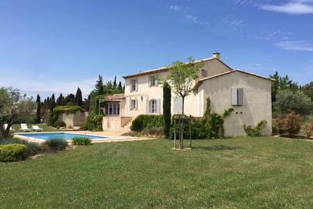 Newly Renovated Mas w. large private garden & pool - Paradou