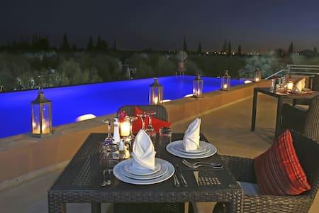 12 suites & spas