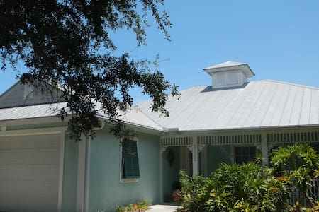 Key West style home minutes from the beaches - House