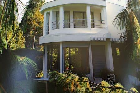 Chambre maison d'architecte piscine - Bed & Breakfast