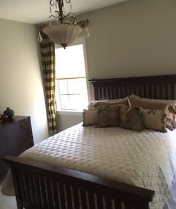 Spacious bedrooms and baths. Lovely upscale home. - Hus