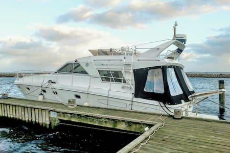 Stor og velindrettet motorbåd med storslået udsigt - Barco