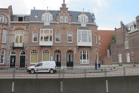 Monumentale benedenverdieping in het centrum - Townhouse