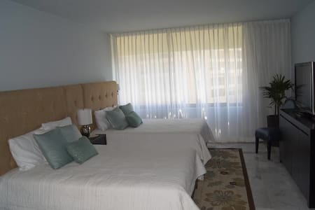Beautiful beachfront room sleeps 4 - Cancún - Other