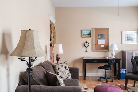 Serene Style in Heart of Central West End - Huoneisto