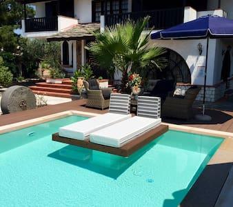 Byblos Luxury Villa & Chateau - Szeregowiec