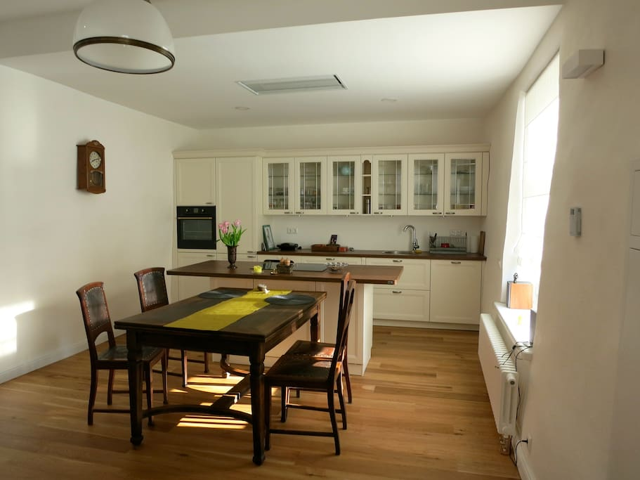 Spacious kitchen / dining room