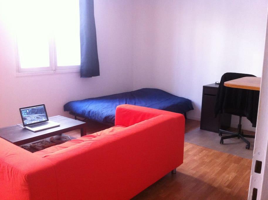 Canapé long, très grandes fenêtres, table basse