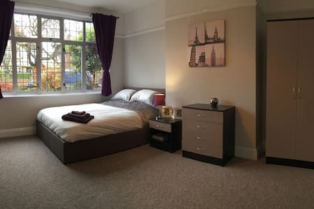 LARGE Hotel Quality Room in Castle rd area Bedford - Bedford