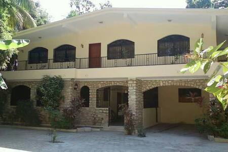 Quiet and private  6 bedroom home2C - Casa