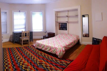 Spacious room with queen size bed - Cambridge - Hus