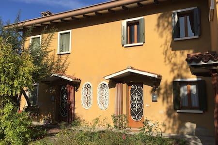 Casetta gialla in centro storico - Oderzo