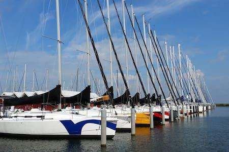 Avontuurlijk overnachten op een zeilboot - RED - Lelystad - Boat