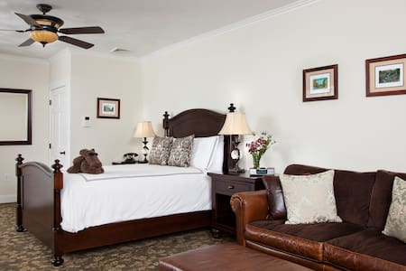 The Timberlake-Kathleen w Jr. Suite - Bed & Breakfast